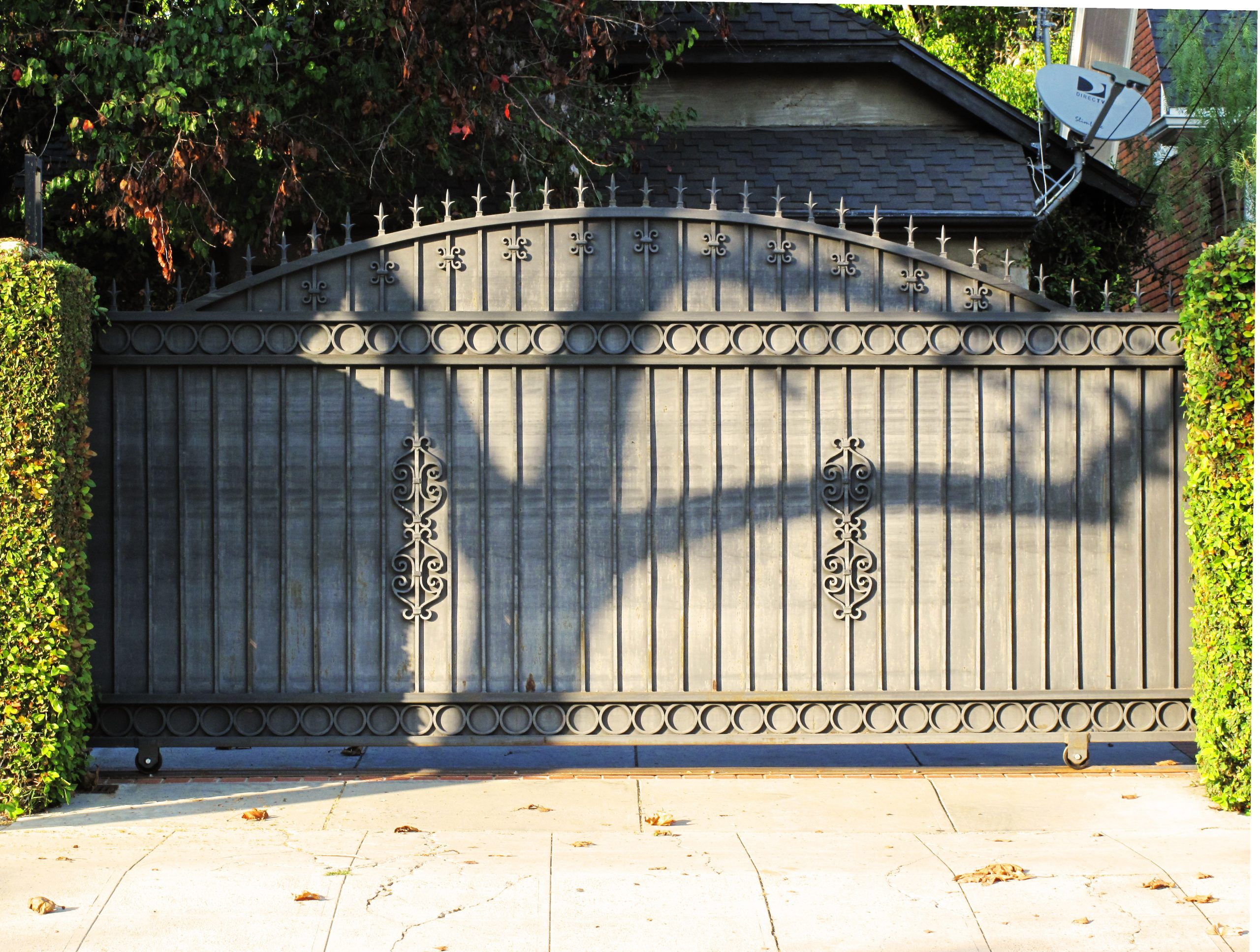 Automatic driveway gate